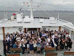 みんな揃って船上で記念撮影。